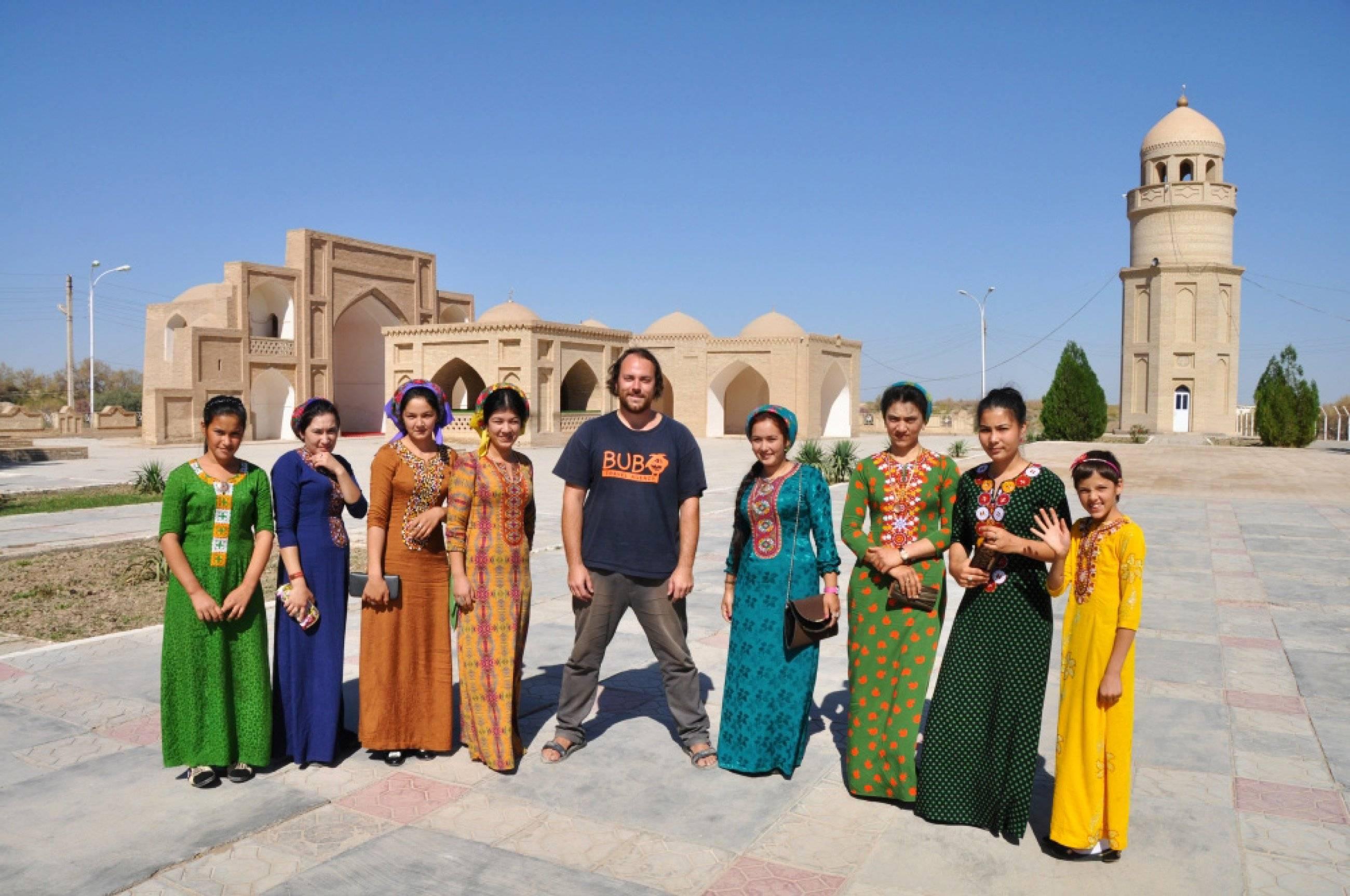 d00e70690 BUBO v obklopení pestrofarebných turkménskych žien na mieste hrobky Jusúfa  al-Hamadániho