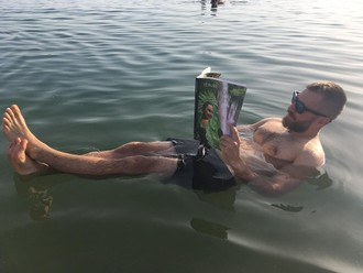 Čítanie na hladine mora