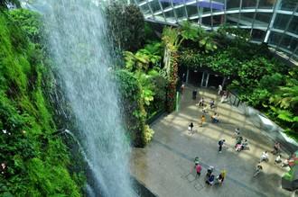 Videli ste už 35-metrový vodopád ukrytý pod obrovskou kupolou? Ak nie, ešte ste teda neboli v Singapure!