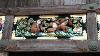 Reliéf troch múdrych opíc - mizaru, kikazaru a iwazaru