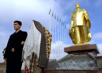Prvá zlatá socha prezidenta Berdymukhamedova!