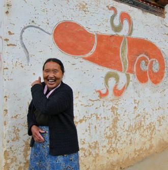 V Bhutane dostanete pozehnanie velkym drevenym penisom!