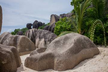 e547641221bd5 Pláž bola kedysi považovaná za raj všetkých rajov. Uvidíme ju obkolesenú  obrovskými prastarými žulovými skaliskami